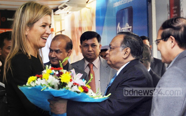 Queen Máxima discusses inclusive finance with Mahmood Ali in Dhaka